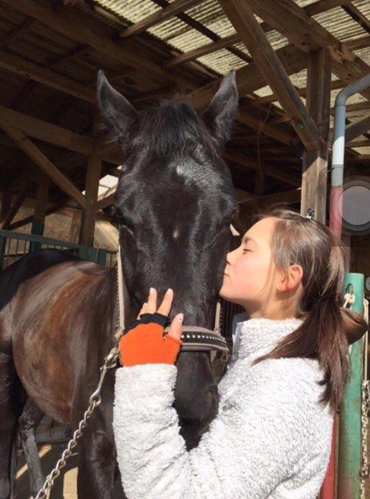 馬にキスするトラウデン直美
