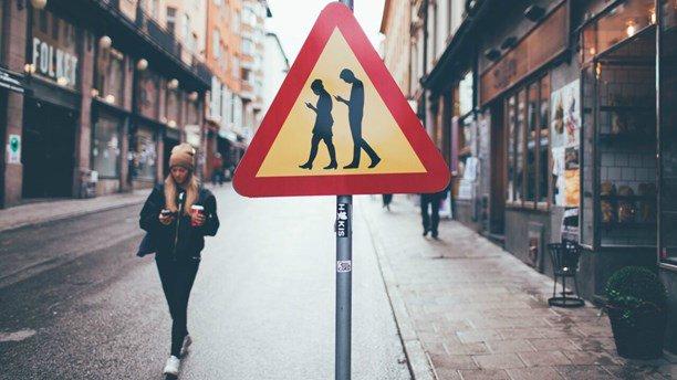 Stoccolma (Svezia): Cartelli stradali per chi usa il cellulare mentre cammina