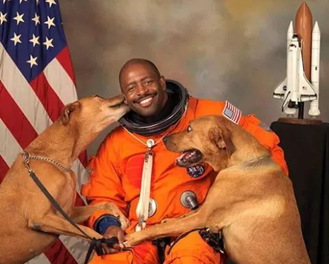 When time for Astronaut Leland Melvin's official N.A.S.A. portrait, he requested his boys Jake & Scout be included! https://t.co/HeVvz96nLK