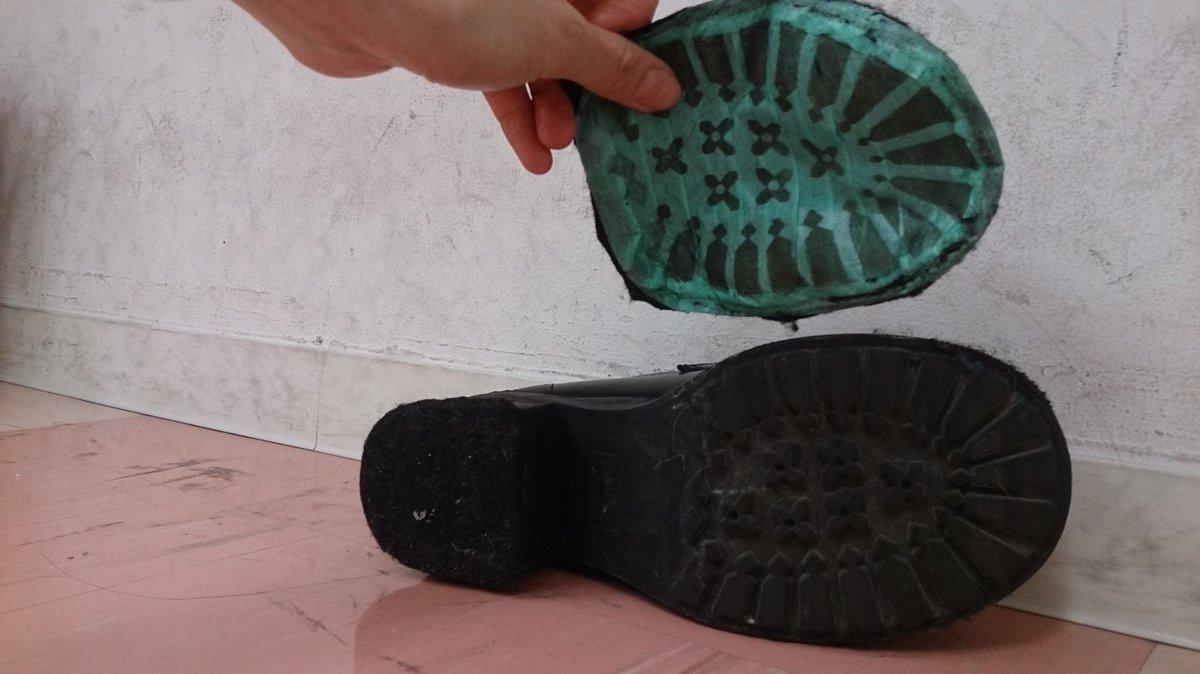 最近、床の保護のため靴裏にフェルト貼ってくださいっていうスタジオさん多いから、マスキングテープをお勧めしたい!靴裏に直接両面テープを貼るんじゃなくてマステで覆ってから貼ると剥がすのもらくちんです #レイヤーのオススメ商品プレゼン大会