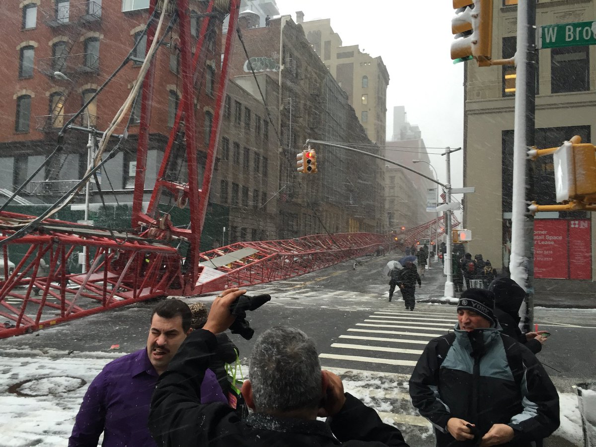 A huge crane collapsed in Tribeca this morning. More as it comes in. https://t.co/RFXC5i4TXB https://t.co/olkYbjziR0