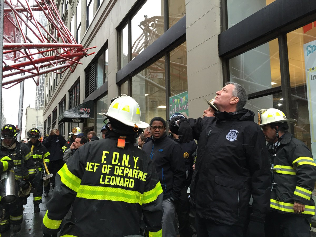#FDNY COD Leonard briefs Mayor @BilldeBlasio on scene of crane collapse at Worth St & W Broadway in #Tribeca https://t.co/yjsz2YMWQZ