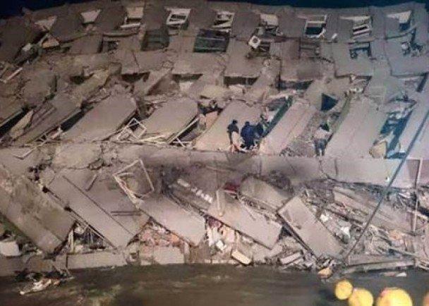 【台湾地震】台南市の16階建てマンションが倒壊、150世帯が入居。救出作業続く 台南永康16層大樓倒榻 逾百戶住戶被困 - 東網即時 https://t.co/Nnzpg9OxCs https://t.co/eZQJ6jnBGC