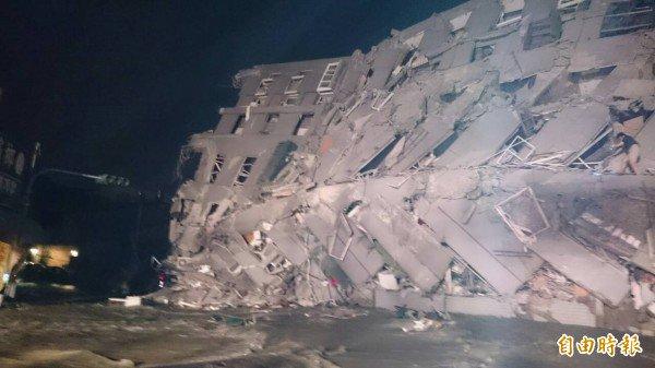 【台湾地震】台南市で倒壊したビル。この潰れ方は…… 5級地震摧殘 台南永康大樓塌陷成人間煉獄 - 生活 - 自由時報電子報 https://t.co/bM4UyXqIyt https://t.co/uGlcAXxgn5