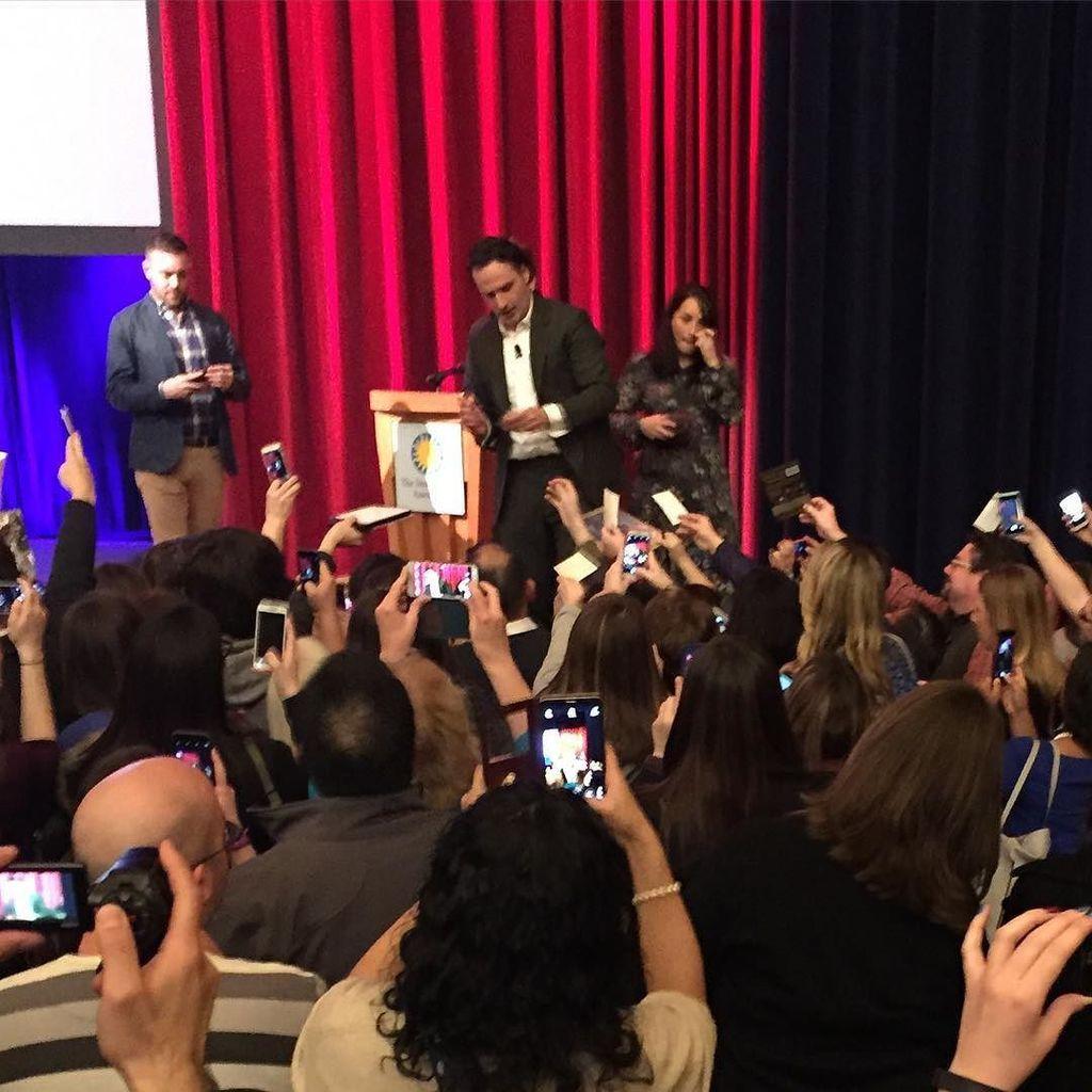 Andrew Lincoln interacting with fans #TWDatSI #twd https://t.co/cl2hwXsNbU https://t.co/eERSXLeH5b
