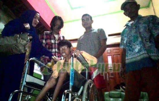 YPB Jakarta Serahkan Kursi Roda Untuk Gadis Lumpuh asal Binong Subang