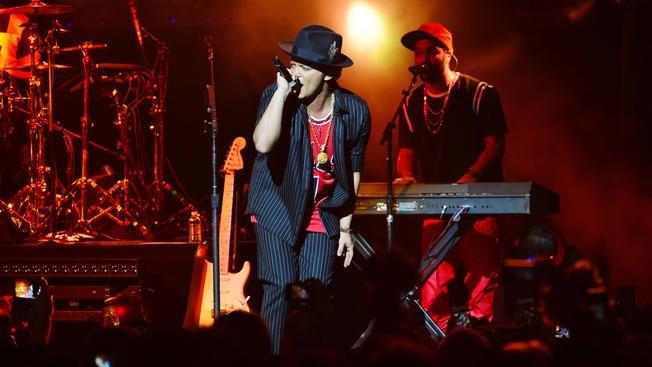 Bruno Mars confirmed for SB50 halftime show -->