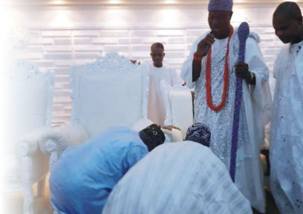 Obasanjo, prostrates before Ooni, backs his peace moves https://t.co/m6fWVqtJIq @trafficbutter @APCNigeria #yoruba