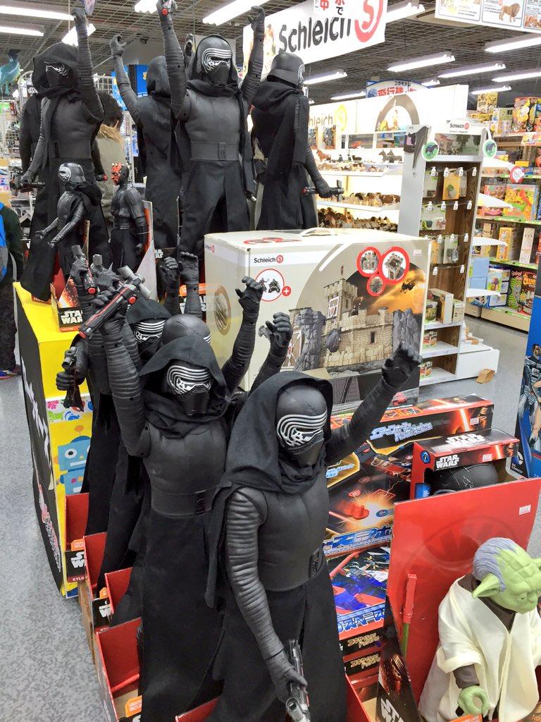 おもちゃ売り場で カイロ・レンたち たのしそう https://t.co/6j3itV9Aha