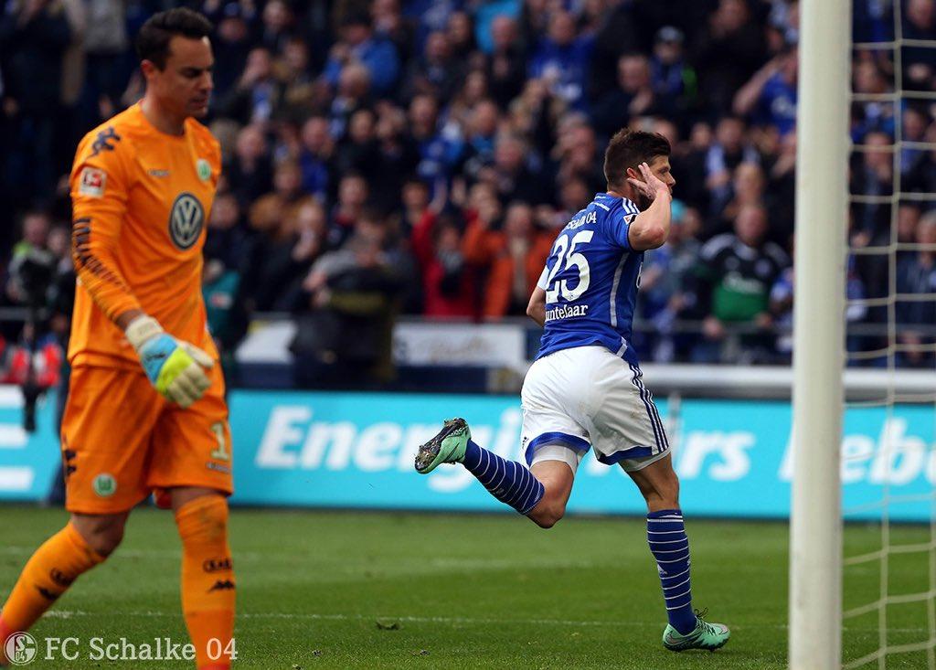 Huntelaar comemorando seu gol