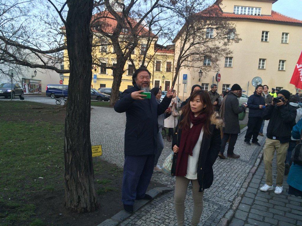 Chinese dissident @aiww greeting antifascist demonstrators in Prague. #oneworld #smallworld https://t.co/dAnQzrJvyW