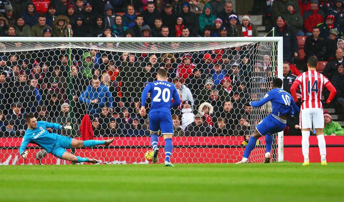 Lukaku cobrando o pênalti para o primeiro gol do Everton
