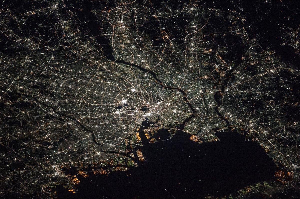 Tokyo on Nov 24th '15. 11月24日に撮影した東京の夜景です。それぞれの光に人生があるんですよね。辛い事も、悲しい事も在るのでしょう。でも、宇宙から見ると、すべて美しく見えてしまうのです。