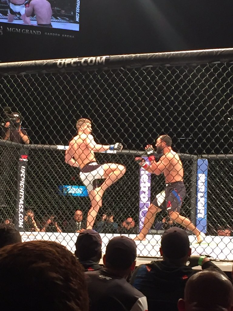 Wow @WonderboyMMA great win tonight #UFCVegas https://t.co/s1cIfrpdj9