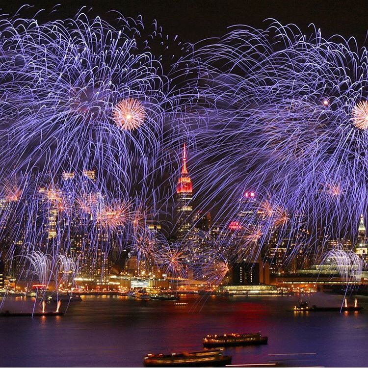 Now THAT's a fireworks shot! Anyone else catch the action over the Hudson tonight? ( @maximusupinNYc) abc7ny