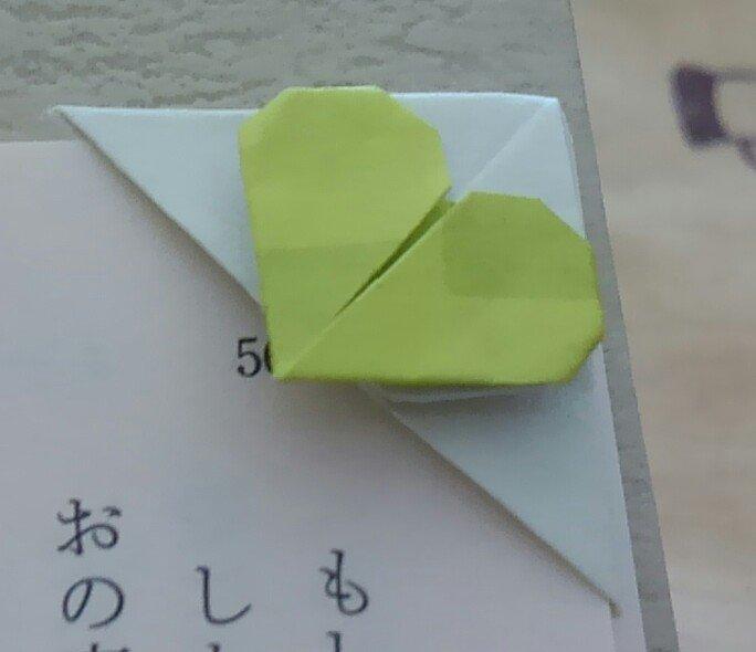 折り紙の8分の1?サイズで作成。厚みがあるのでコップの下とかで圧をかける。端引っ掻ければ取れちゃうけど、パラパラする分なら大丈夫だった(*´ω`*) https://t.co/Ruv4532AvC