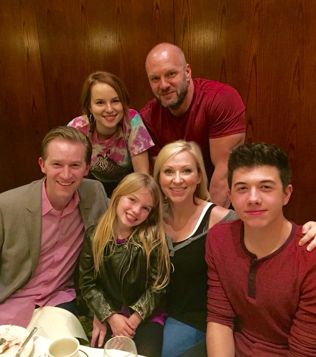 One Big Happy... Good to have the family back around the dinner table... #goodluckcharlie #BobDuncanSquad https://t.co/dA9hIlgpmq