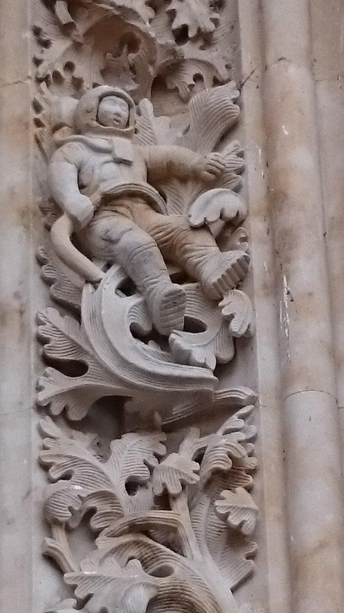 16世紀から18世紀にかけて建設されたカテドラルの門に宇宙飛行士がががががが! pic.twitter.com/QgdiQYrTGL