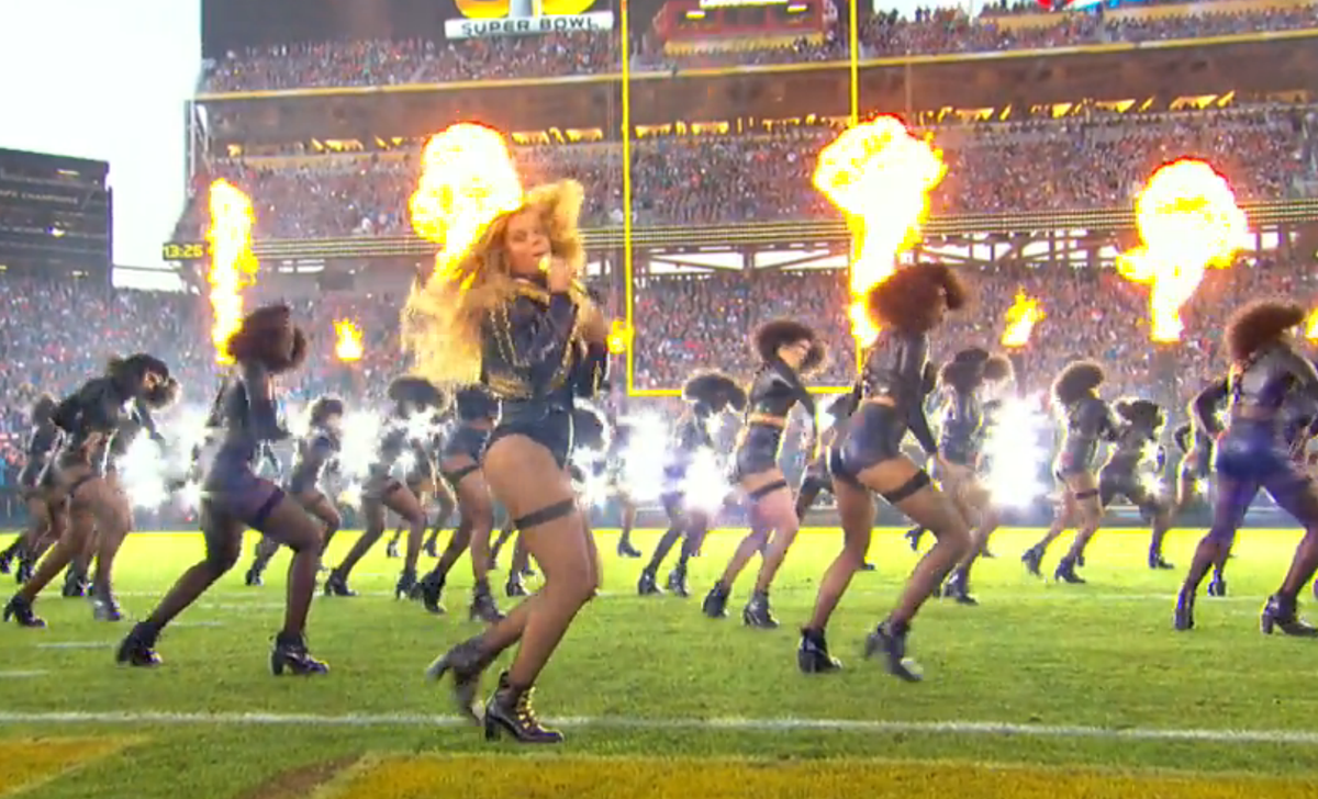 "Cuz nothing brings us all together better than angry @Beyonce shaking her ass & shouting ""Negro"" repeatedly. #sb50 https://t.co/70ouQLwfzs"