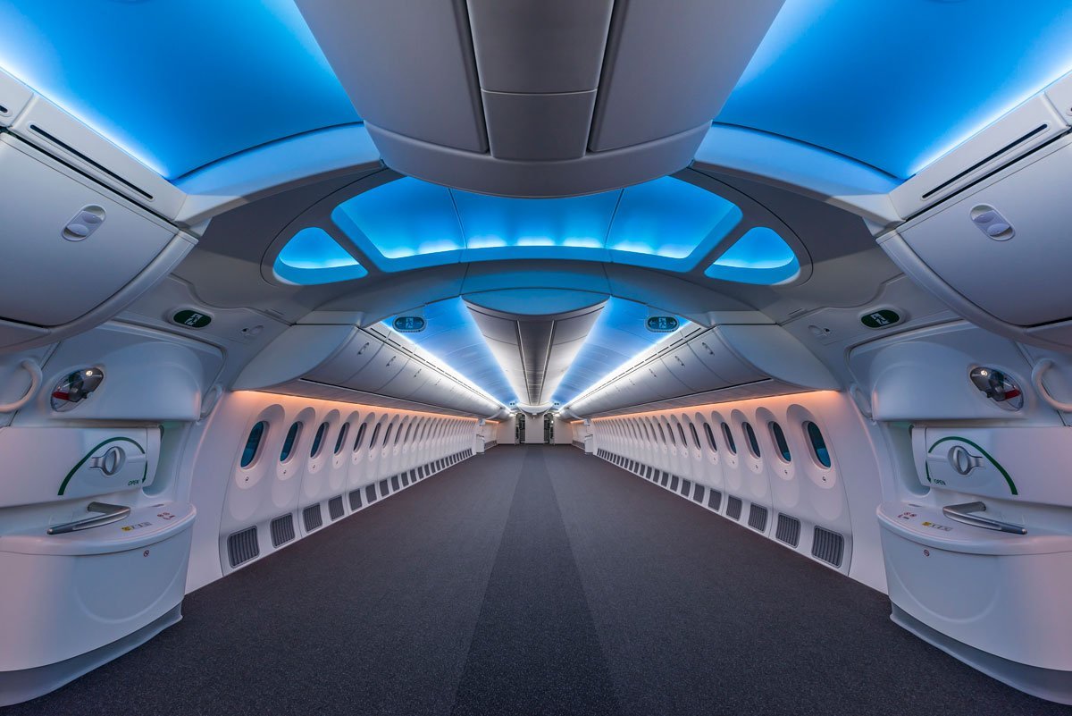 The inside of a completely empty 787-8 Boeing Dreamliner looks amazing. https://t.co/ujqlGnN8Y6