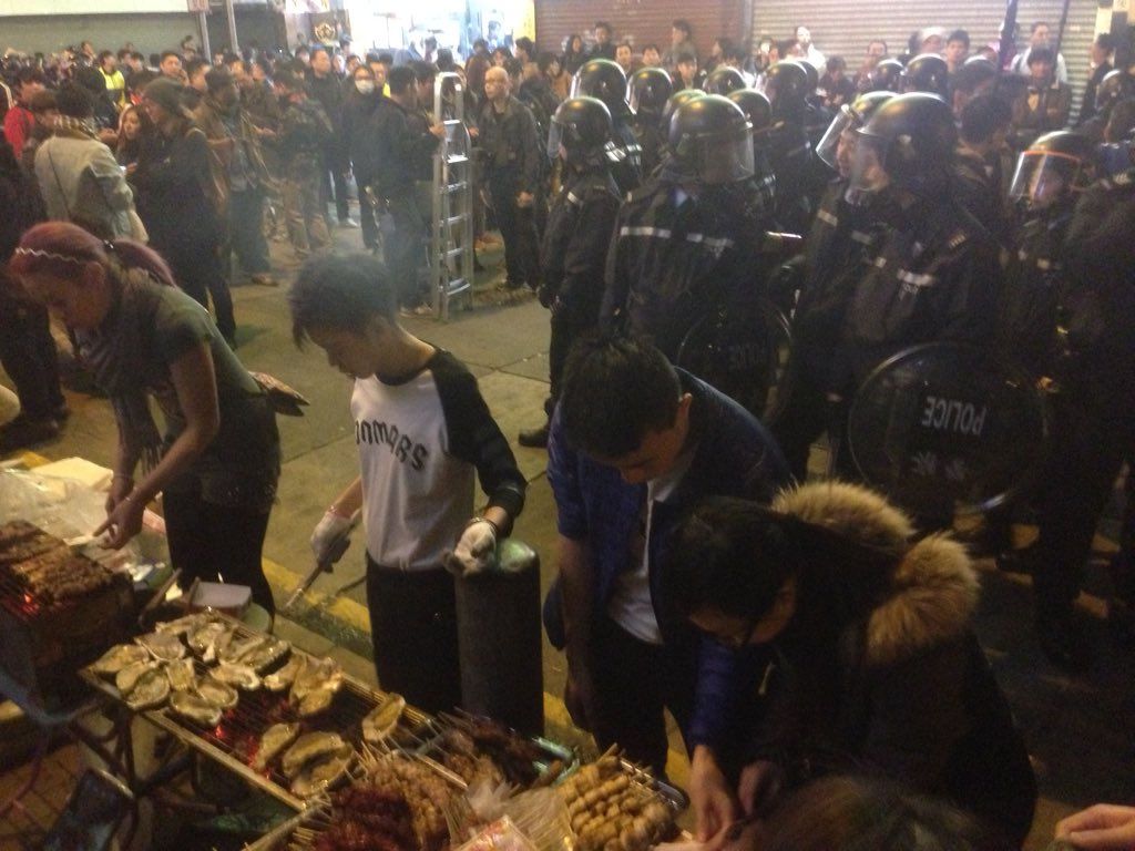 The hawkers keep their cool and keep on making great food, even with riot police just behind them. https://t.co/YkpDmwGZZF