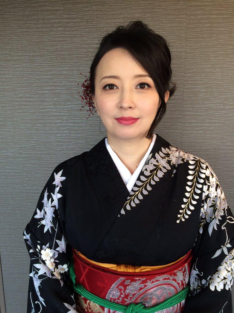 黒い生地に美しい模様の描かれた着物を着こなす高橋由美子