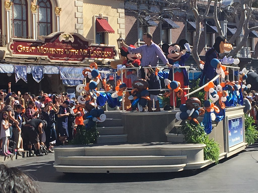 SB50 champ Peyton Manning honored with Disneyland parade (photo credit: @CERCOLICBS)