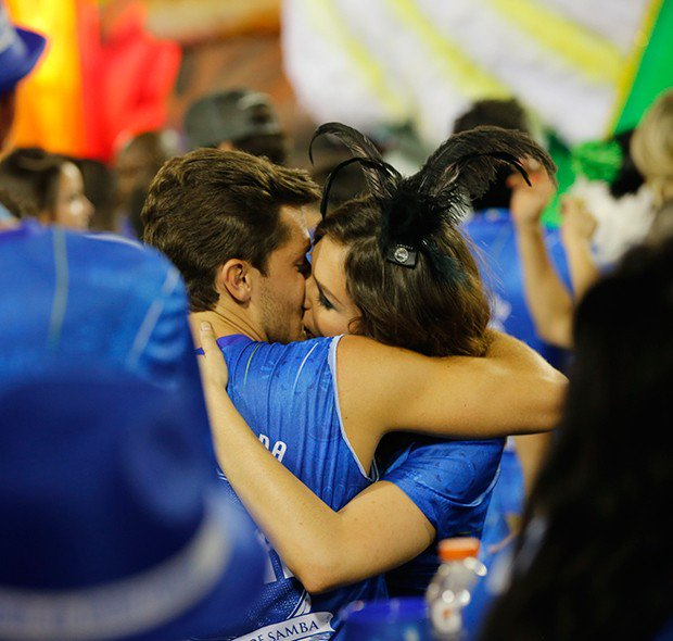 BAFO!  Monica Iozzi e Klebber Toledo trocam beijos na Sapucaí  https://t.co/G2j0qArKxt