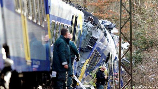 Incidente ferroviario in Germania, scontro frontale tra due treni, morti e feriti