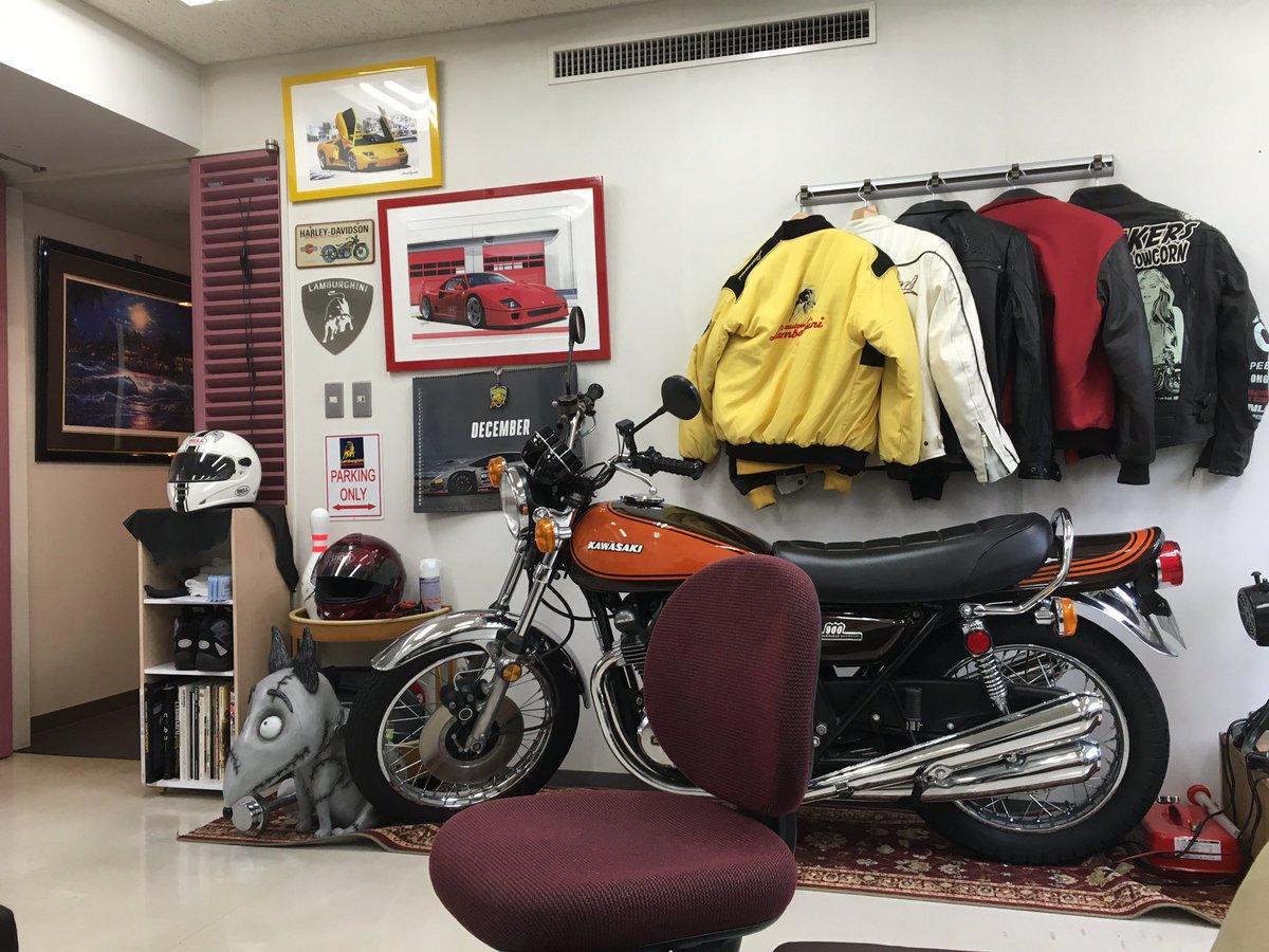 今日初めて行った病院で「熱が出ている方は奥のバイクの部屋でお待ちください」と言われて通された部屋が、想像以上に本格的なバイクの部屋だった。 https://t.co/2BIrrRDKJ6