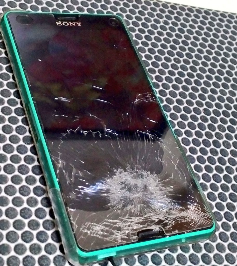 Xperia Z3 compactの画面が粉々になったんだけど、なんのための液晶保護ガラスだお前は。無傷かよ。 pic.twitter.com/vs8uvrXg49