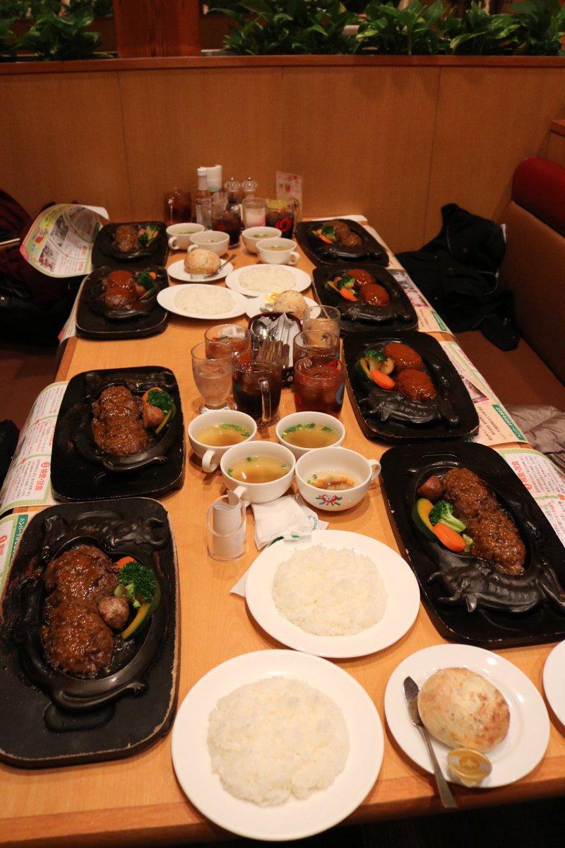 さわやかに4人で来て、みんなハンバーグを2個ずつ頼んだからテーブルに8個来た https://t.co/iTdxNTaGoN