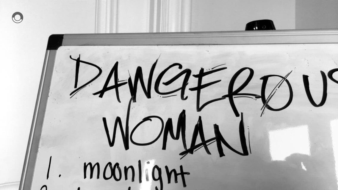 "Ariana Grande muda oficialmente nome de novo álbum para ""Dangerous Woman"""