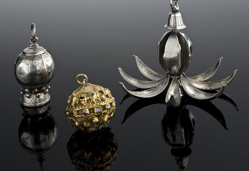 ロンドンの科学博物館、医学史コレクションの宝庫です。 16世紀ジェノヴァの薬箱。金属製のポマンダー(中世ヨーロッパで魔除け・病気除けのお守りとされた香り玉)