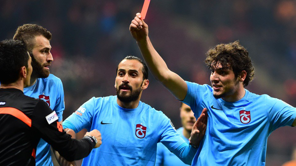 Un giocatore espelle l'arbitro durante Galatasaray-Trabzonspor in Turchia