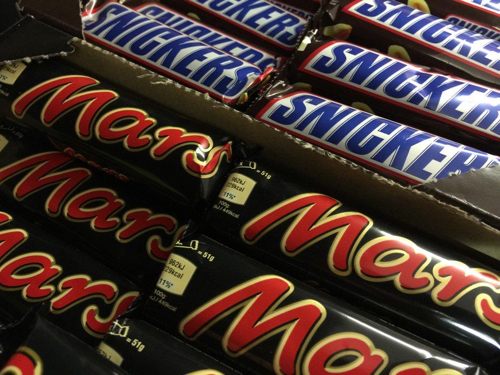 Cioccolato Mars e Snickers con plastica dentro
