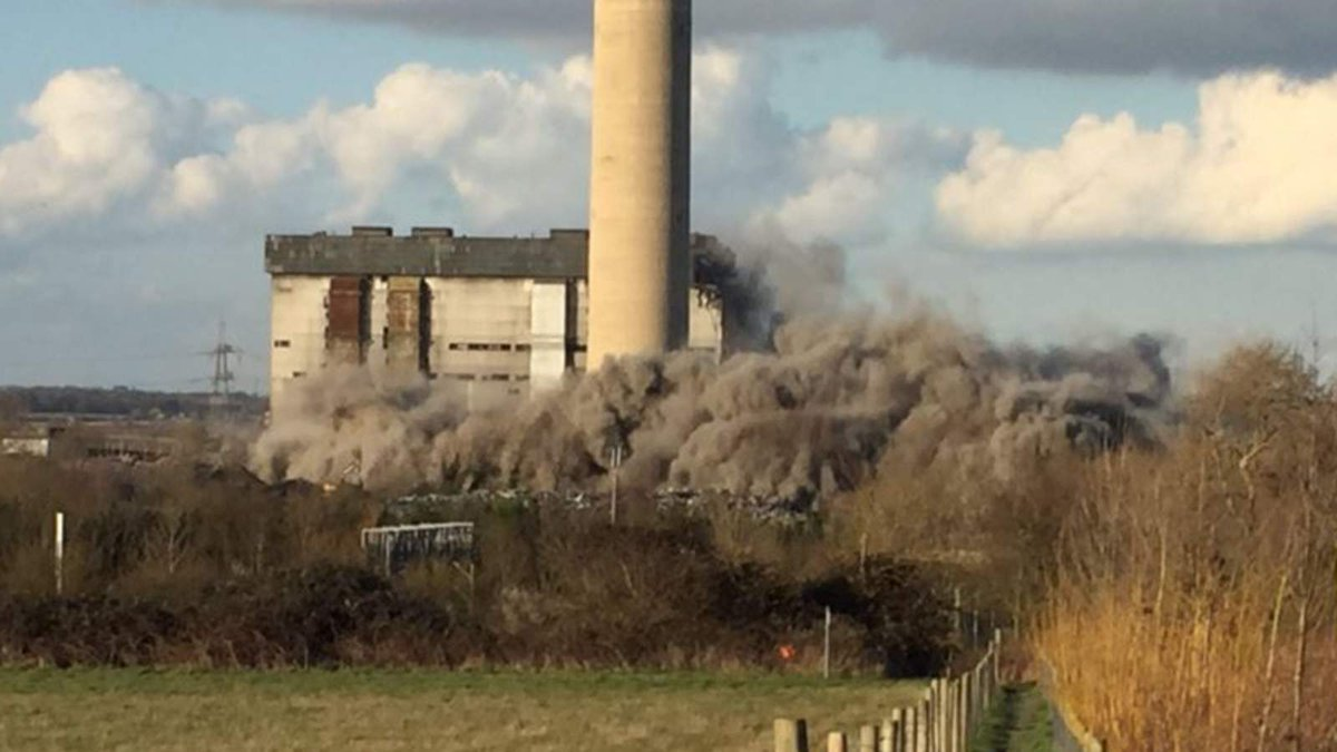 Casualties feared after a large explosion at Didcot power station https://t.co/9wU0IgKtSO https://t.co/KL4B8hfIJd