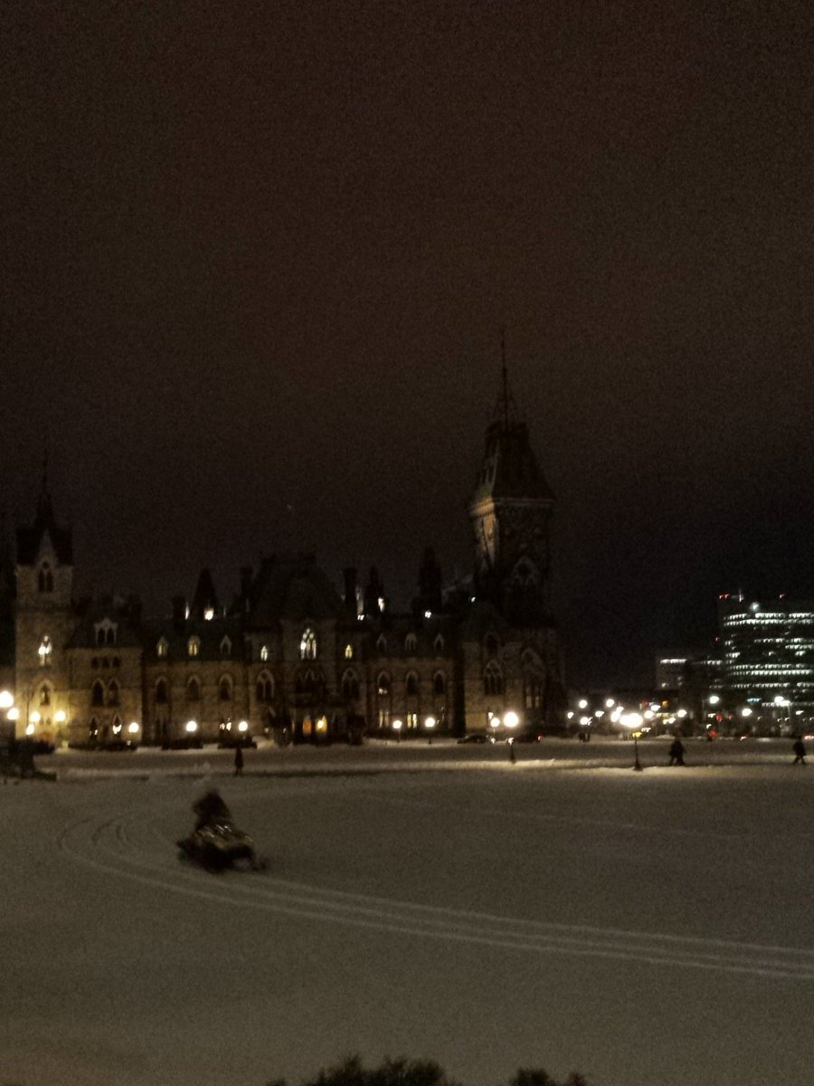 A guy is riding a smowmobile on the Parliament Hill lawn and it appears to be not an issue. #Canada https://t.co/pa9UboLS3C