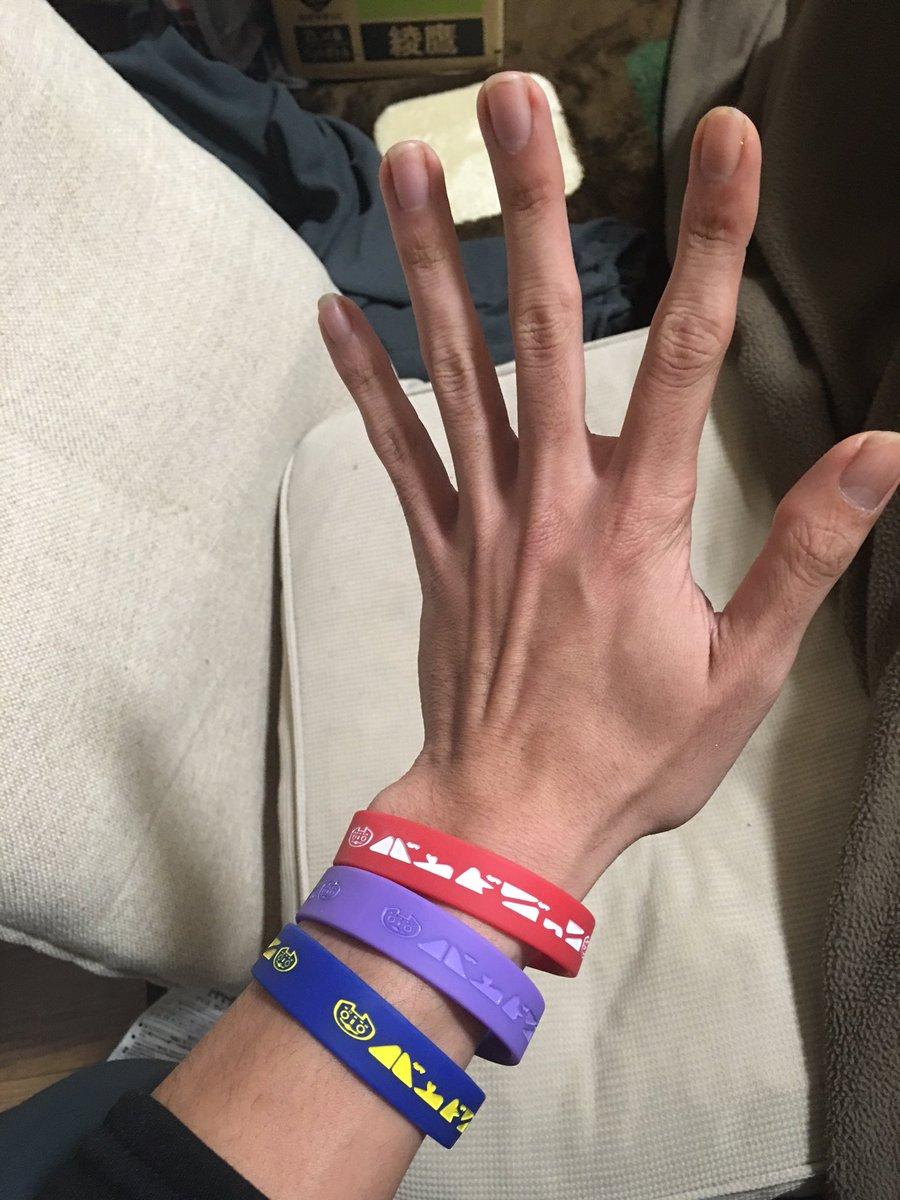バンドごっこの輪ゴムの色が赤、青、紫やと普通やしそう言われてもみんなアホやし想像つかんやろうからもっとわかりやすい表記にしよかな。  赤→ユニクロ色 青→IKEA色 紫→わかりにくいやつ