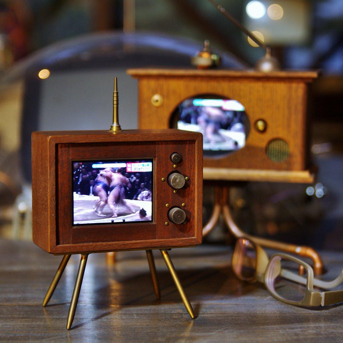 「小さいテレビは作らないのですか?」とよく聞かれるのですが、実は幾つか制作してます。画面の大きさは名刺半分ほど。手前は乾電池2本、奥は4本使用。ワンセグ電波を受信できる地域なら机の上やベランダでテレビを視聴できます。使用木材:チーク pic.twitter.com/8bhDjjhACx