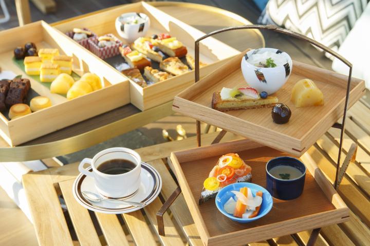 新名所「京都モダンテラス」で贅沢な一日を過ごしてみませんか?注目は「亀屋良長」の烏羽玉など、和洋のお菓子が並ぶワゴンから好きなものを選べる「ハイティー」。  くわしくは⇒ #ことりっぷ