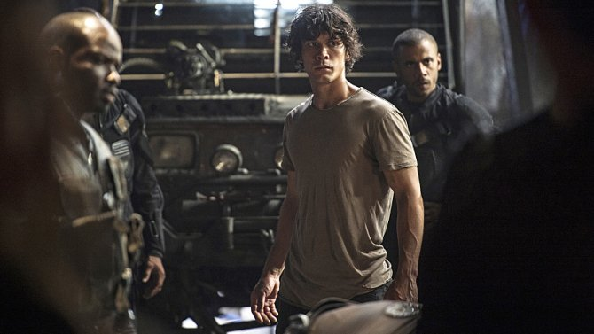 #the100 fans, let's talk about what's going on with Bellamy this season. https://t.co/4iVcVmIibx @The100writers https://t.co/pTjAvKWvZb