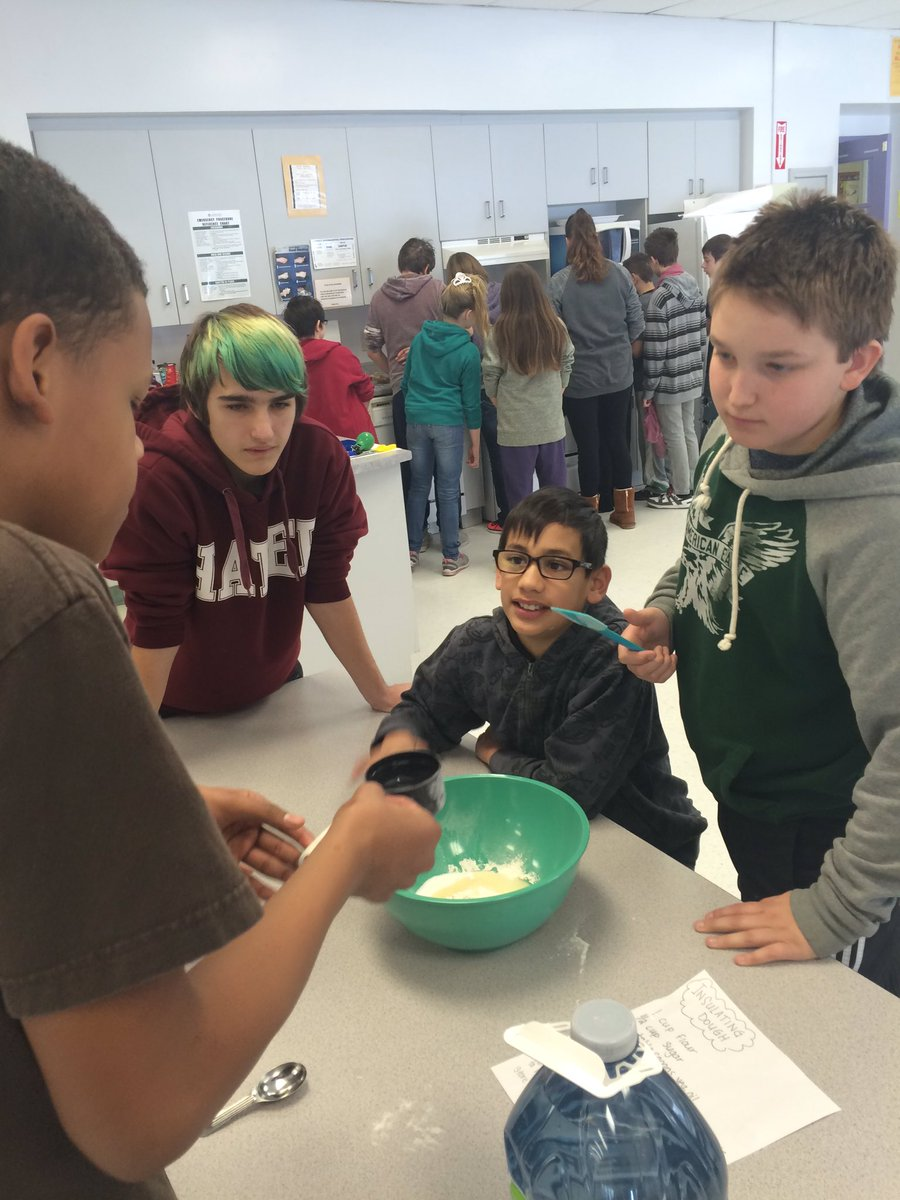 Making insulating dough for squishy circuits from @exploratorium&#39;s #TheArtofTinkering #STEAM @LKDSB #electricity<br>http://pic.twitter.com/hcuWI5QIbw