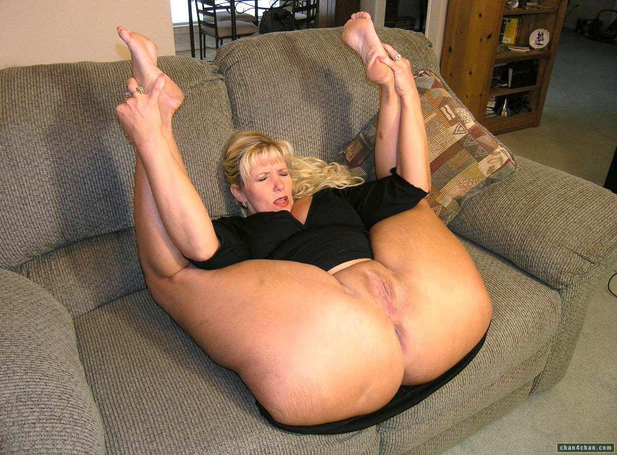 Gaping bigass milf spreads her tight asshole 1