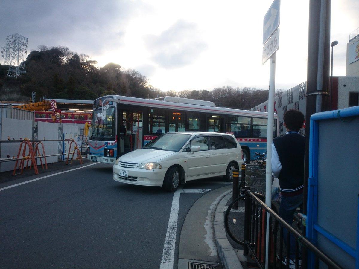 八景駅のサンクス前に堂々の路駐でロータリーから続々と出てくるバスが無事死亡 https://t.co/c0VWh8soJr