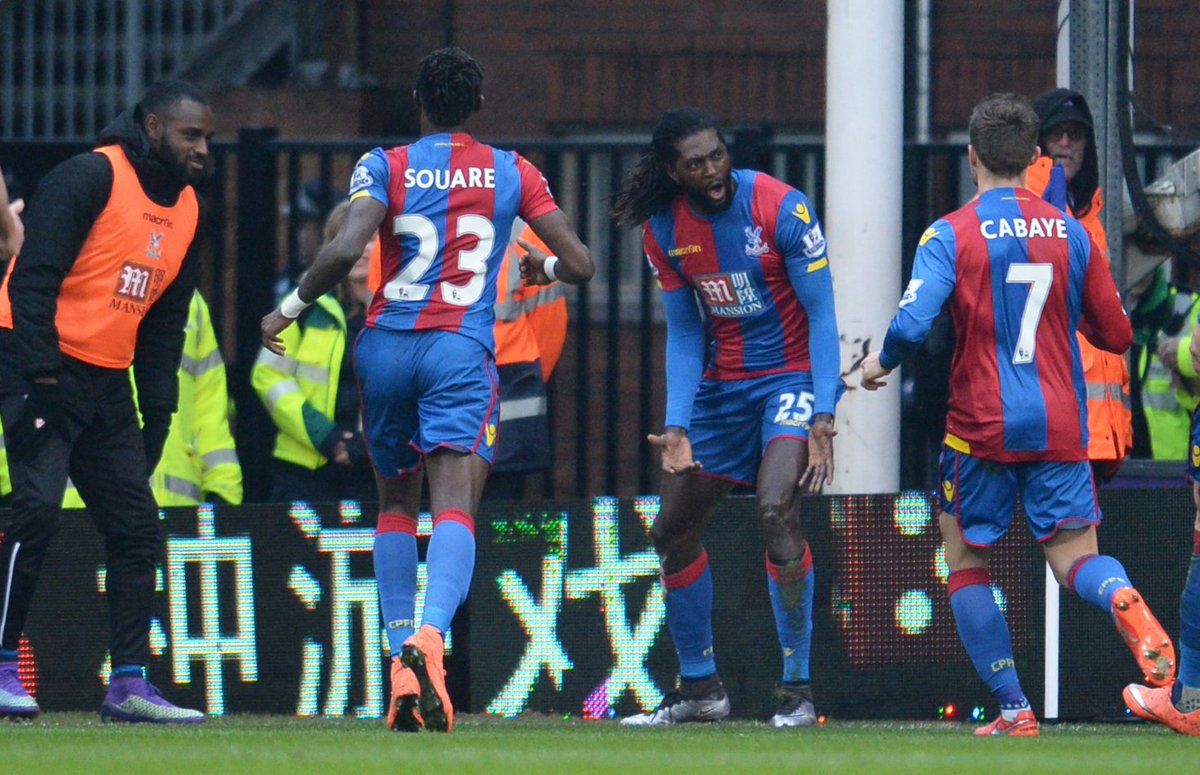 Adebayor comemorando seu gol contra o Watford