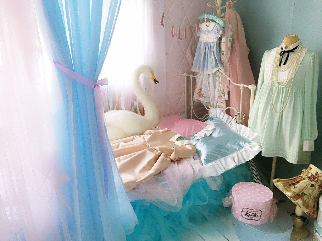 内田彩さんのCD用に作った内田さんのお部屋セットです。 手前のカーテンの色合いがお気に入りです https://t.co/D2JenTbypv