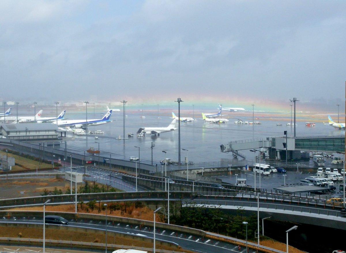 天気が徐々に回復してきた羽田空港では面白いものを見られました。 「水平虹」というそうです。