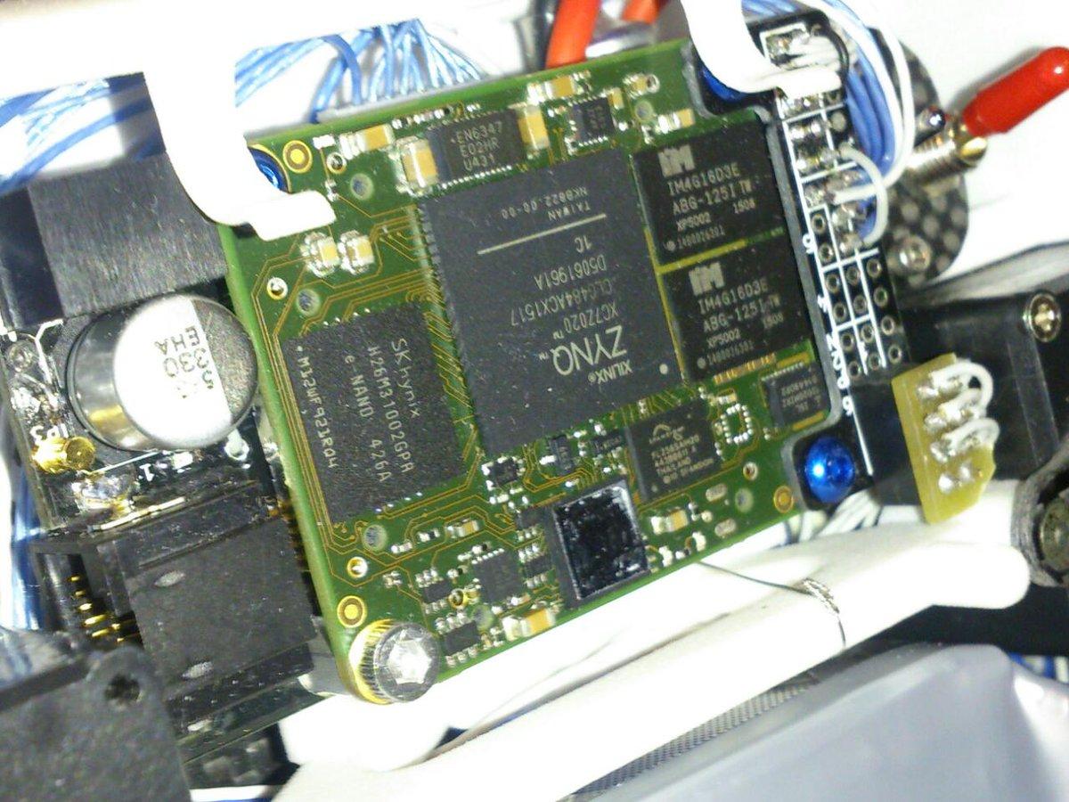 (ROBO) だべり会は全員予選落ちで残念会にw。フロスティさんをお迎えしてリアルタイム制御ネタでだべり中。写真はFrostyのメインCPU。ZYNQのFPGAで1MbpsのUARTを6本作って全身の近藤サーボを1msec周期制御 https://t.co/R8ZuvmsX6o