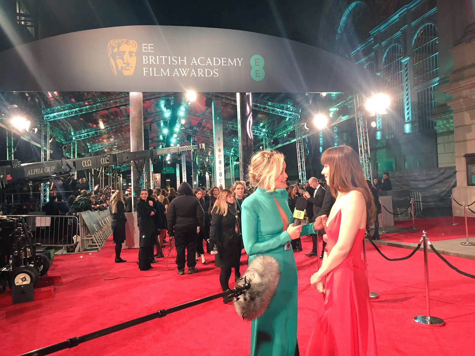 #EERisingStar nominee @DakotaJohnsons looking stunning in red as she chats to @EE presenter @thewhitmore #EEBAFTAs https://t.co/jwjX72MAG2